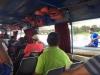 Midden op de rivier gaan passagiers van boord, een boot komt langszij