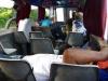 De boot is niet vol, mensen liggen languit op de banken te slapen