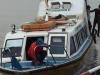 De snelle boot vaart langzaam door technische problemen