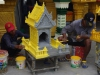 Gele grondverf, goudverf er over en klaar is Boeddha's poppenhuis