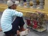 Gekooide mussen; later blijkt dat je ze kunt kopen en ze de vrijheid teruggeven