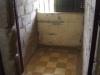 De gevangenen lagen op de grond, een bed pastte er niet in