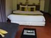 We hebben een bungalowtje met grote kamer met badkamer en terras