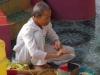 Phnom Dampeau, er wordt gebeden