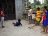 Kinderen vermaken zich meet een stuk touw