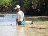 Vissers staan tot hun middel in het water