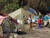 Langs de oever kleine nederzettingen waar boeren en vissers met hun gezinnen wonen