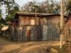De huizen op Don Kohn zijn simpel, van bamboe en golfplaten, maar met een giga schotel