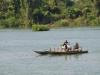 Een boot nadert de haven