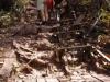 De houten trap is verwaarloosd en onbruikbaar