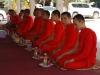 De monniken worden gevoederd