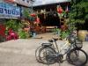We lunchen bij Saifone, de fietsen parkeren we voor de deur