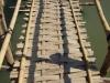 Het kost 5.000 KIP, om over de bamboeburg te mogen lopen