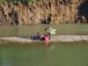 Laotianen vissen en bbq-en in de rivier