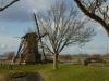 In het land staan molens die het water uit de polder uitslaan op de boezems
