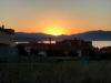 De zon komt achter de bergen vandaan