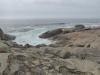 De golven beuken op de rotsen
