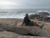 Gezeten op de giga grote rotsen kijken we uit over de zee
