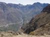 Aan de andere kant van de canyon zien we diverse dorpjes liggen
