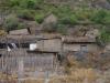 We wandelen door het vervallen en half afgebouwde dorp. Veel te beleven is er niet.