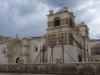 Eén van de torens van de kerk is door de laatste aardbeving flink geraakt en wordt gestut