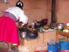 Mama bereidt een heerlijke lunch in haar eenvoudige keuken