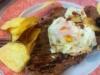 Bife com ovo, batata frita e arroz