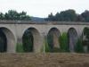 We lopen opnieuw onder een mooi viaduct door, ditmaal in gebruik door de trein