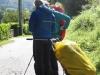 In plaats van een rugzak trekt deze pèlerin een karretje achter zich aan, vastgebonden om zijn middel. Handig ?