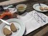 Heerlijk ontspannen in heet zonnetje eten we eerst het oude brood op met een 'cup a soup'