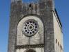 De kerk van Portomarín; als we 's avonds de kerk willen bekijken is de mis bezig en mogen we niet naar binnen