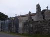 Het kerkje van Avenostre; vreemd zijn de 'grafflats' aan de buitenkant