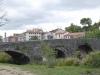 De middeleeuwse brug met 6 bogen over de Ulzama, als we het stadje Trinidad de Arre inlopen