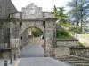 Door de middeleeuwse poort lopen we Pamplona in