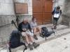 We lunchen voor de kerk van Négrondes, waar we ingehaald worden door AnneMarie en Michele