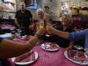 Met onze 'camino familie' en Carl en Ulla toasten we