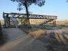Via een mooie, nieuwe brug, speciaal voor de peregrino's, steken we de N111 over