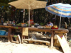 De 'oase': watermeloen, bananen, perziken, croisants, koude drankjes, alles donativo