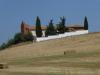 De kerk van Ledigos blijkt gesloten; de toren is nieuw