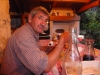 Michel, haar man en vroeger meubelmaker, schuift aan