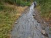 Het pad naar Molinaseca gaat stijl naar beneden, over leisteen