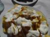 Gefrituurde aardappelschijfjes met knoflookmayo en kippenvleugeltjes
