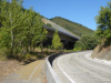 Langs de oude- en de nieuwe weg vervolgen we ons pad, er is bijna geen verkeer