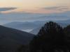 Schitterend zoals de nevel tussen de bergen hangt en de zon langzaam opkomt