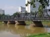 Via de Iron Bridge steken we de Ping River weer over, terug naar de oude stad