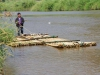 Het slotakkoord van de trekking, op een bamboevlot de rivier af