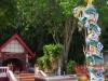 Op het strand stuiten we op een Chinese Tempel met Totempaal