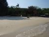 Het strand rond de pier is onbeduidend, smoezelig en ongezellig