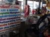 Voor 200 Bath kopen we een kaartje voor de minibus naar Bangkok