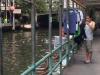 Een bewoner van één van de krotwoninkjes langs het kanaal heeft de was gedaan